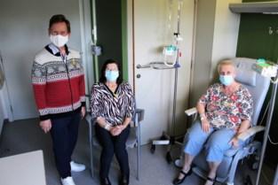 Koen Crucke gaat op de foto met kankerpatiënten