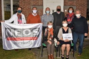 Neos schenkt 1.555 euro ingezamelde LoCo-bonnen aan voedselbank