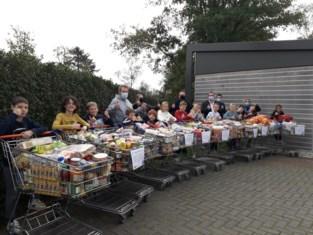 """Scholieren De Brug en inwoners vullen 26 winkelkarren voor De Schakel: """"Sommige mensen brachten volle zakken voeding"""""""