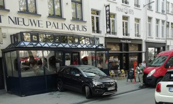 """Verstrooide bestuurder rijdt restaurant binnen: """"Eerst het nieuws over de verplichte sluiting, en dan dit"""""""