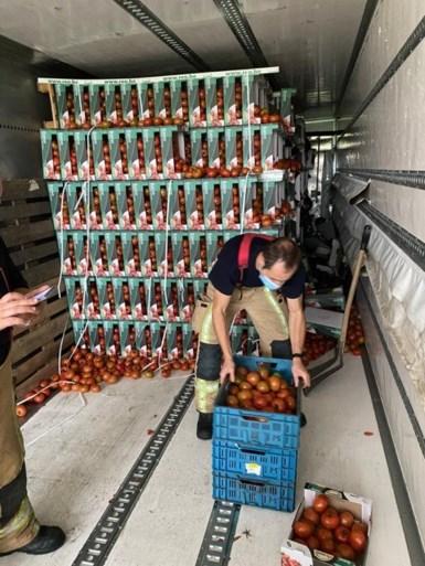 20.000 kilo tomaten vernietigd nadat truck in berm rijdt