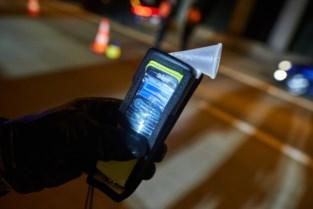 Dronken Kampenaar (51) zonder rijbewijs rijdt in gracht in Schaffen