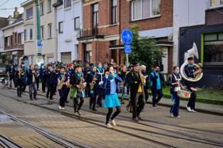 """Fanfares trekken door straten in Deurne die getroffen zijn door granaataanslagen: """"Dankuwel, deze buurt verdient dit"""""""