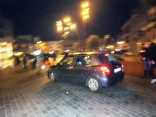 Bestuurder rijdt met hoge snelheid in op Vlaams-nationalistische betogers in Puurs, politie pakt drie verdachten op