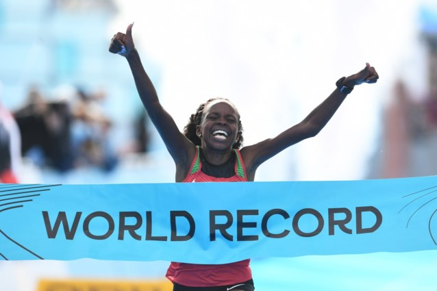 Jepchirchir loopt snelste tijd ooit op halve marathon in vrouwenrace, geen topprestatie van Koen Naert