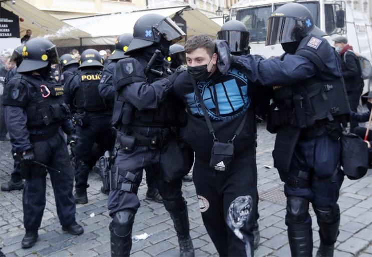 Duizenden Tsjechen op straat tegen coronamaatregelen: betoging ontaardt in veldslag