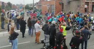 Wielerfans verwelkomen peloton in Grotenberge