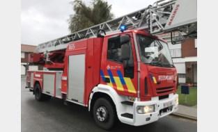 Brandweer bezig met schouwbrand terwijl industriebrand binnen loopt