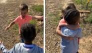 """Jongetjes (4) vliegen elkaar in de armen nadat ze elkaar twee maanden moesten missen: """"Voelt zo goed"""""""
