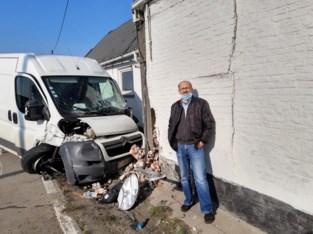 """Koerier ramt auto en woning, moeder en zoon naar ziekenhuis: """"Tijd om nieuw huis te zoeken"""""""