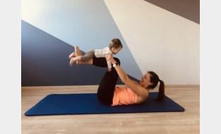 Je baby gebruiken als 'halter' en ondertussen als mama zelf je spieren versterken, deze kinesitherapeute leert je hoe dat moet