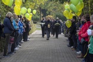 Erehaag en ballonnen voor overleden voorzitter carnaval Mario (53)