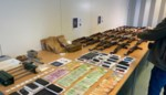 Politie ontdekt arsenaal oorlogswapens in Ravels: onder meer 21 kalasjnikovs aangetroffen