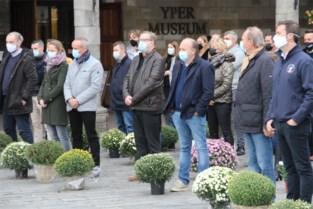 """Rouwende horeca-uitbaters plaatsen chrysanten aan gesloten deuren: """"We hebben het gevoel dat de regering ons richting het kerkhof duwt"""""""