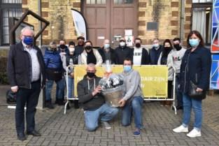 Foorkramers bedenken Beerselse burgemeester met geschenk