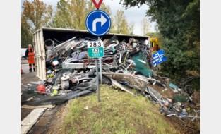 Vrachtwagen met schroot kantelt op oprit E314 in Houthalen-Helchteren