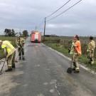 De brandweer was urenlang bezig in de Booitshoekestraat. Ook enkele landbouwers hielpen mee.