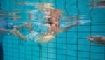 Met deze omstreden methode leren baby's om zichzelf te redden na een val in zwembad of vijver