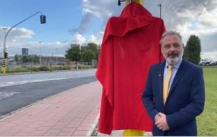 Schijnburgemeester huldigt nieuw verkeersbord in: rechtdoor door rood