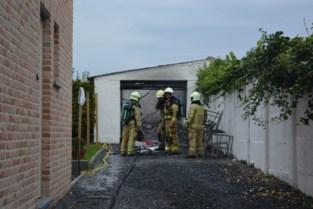 Garage brandt uit, stukken asbest belanden in boomkwekerij