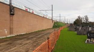Graven kerkhof Petegem ontruimd voor aanleg fietssnelweg langs spoorwegviaduct
