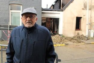 """Huis gaat in vlammen op, schade bij buren valt mee: """"Gelukkig zat de wind goed, we zijn met de schrik vrijgekomen"""""""