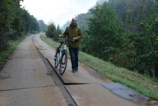 """Tragel bedekt met metalen platen: """"Levensgevaarlijk voor fietsers""""<BR />"""