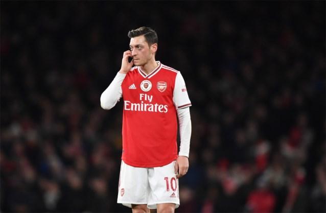 Arsenal gooit Mesut Özil van spelerslijst Premier League