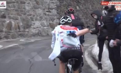 Wat een geklungel: renners Team Sunweb prutsen onwaarschijnlijk lang met jasjes op de Stelvio