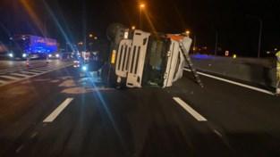Truck met 26 ton paletten kantelt op E17