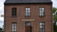 Buurthuis en noodwoning in oud-gemeentehuis
