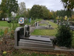 Nieuw haagje nog te klein: bezoekers kerkhof kijken pal op… schietschijven boogschuttersclub