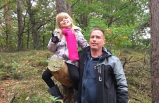 """Ouders dringend op zoek naar hoorimplantaat dat Jana (5) verloor tijdens boswandeling: """"Iemand bood zelfs een metaaldetector aan"""""""