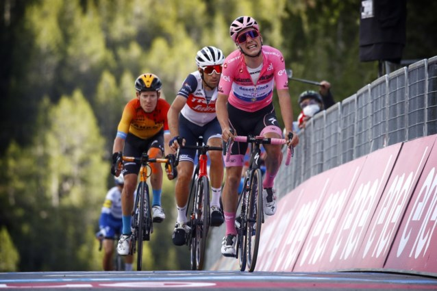 """Huilende Joao Almeida verliest de roze trui in Giro, maar krijgt toch complimenten van Remco Evenepoel: """"Chapeau"""""""