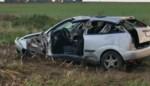 Auto belandt op akker naast gladde weg