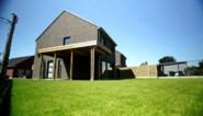 BINNENKIJKEN. Dit budget volstaat voor een moderne familiewoning met grote tuin in Torhout