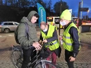 """Gratis lichtje voor de 'onzichtbaren': """"We zien de fietsers graag, zeker wanneer het donker wordt"""""""