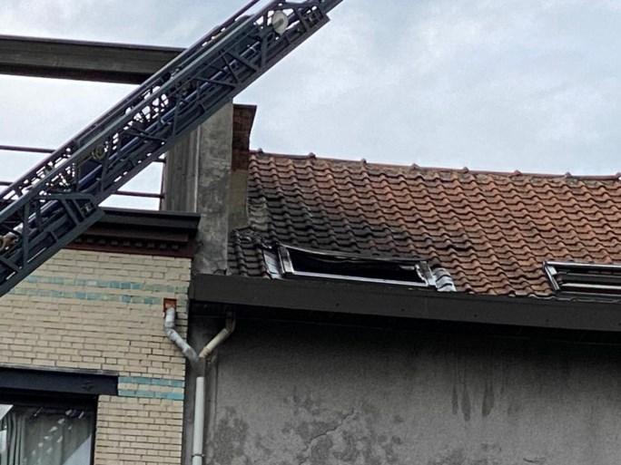 Vlammen slaan uit dakraam op Antwerpse Zuid, brandweer heeft vuur snel onder controle