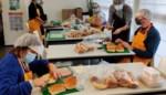 Broodjes smeren voor Dag van de Jeugdbeweging