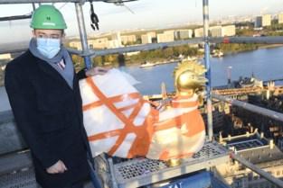 Bart De Wever zet windhaan op gerenoveerde toren Antwerpse kathedraal