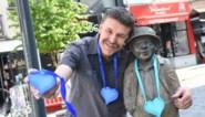 Ronny de Facteur blijft carnavalsgroepen steunen met zelfgemaakte hartjes, deze keer voor in de kerstboom