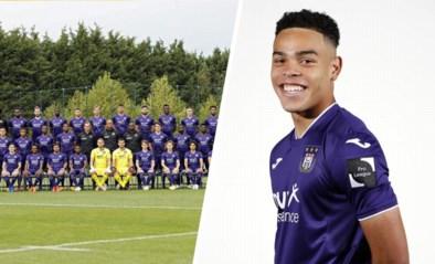 Nog maar net 16 geworden maar Mario Stroeykens mag al mee op ploegfoto bij Anderlecht