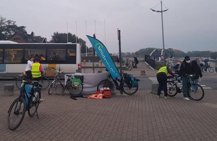 Fietsersbond deelt fietslichtjes uit