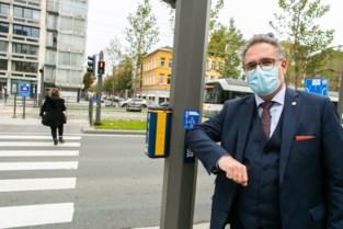 Stad Antwerpen maakt 508 drukknoppen aan verkeerslichten coronaproof