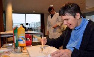Beperking houdt bewoners vzw Havenhuis niet tegen om schilderijen te maken