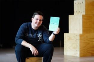 Hij werd zwaar gepest als tiener, nu dient Arnaud (25) zijn kwelduivels van antwoord met zelfgeschreven theaterstuk