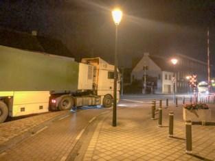 File door vastgereden vrachtwagen