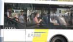 """Scholieren zitten nog steeds als sardientjes op elkaar gepakt op de bus: """"Ze wringen er zich nog bij om bij hun vrienden te zitten """""""