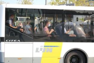 """Scholieren zitten nog steeds als sardientjes op elkaar gepakt op de bus: """"Ze wringen er zich nog bij om bij hun vrienden te zitten"""""""