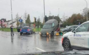 Auto belandt op betonnen middenberm na botsing in Hasselt